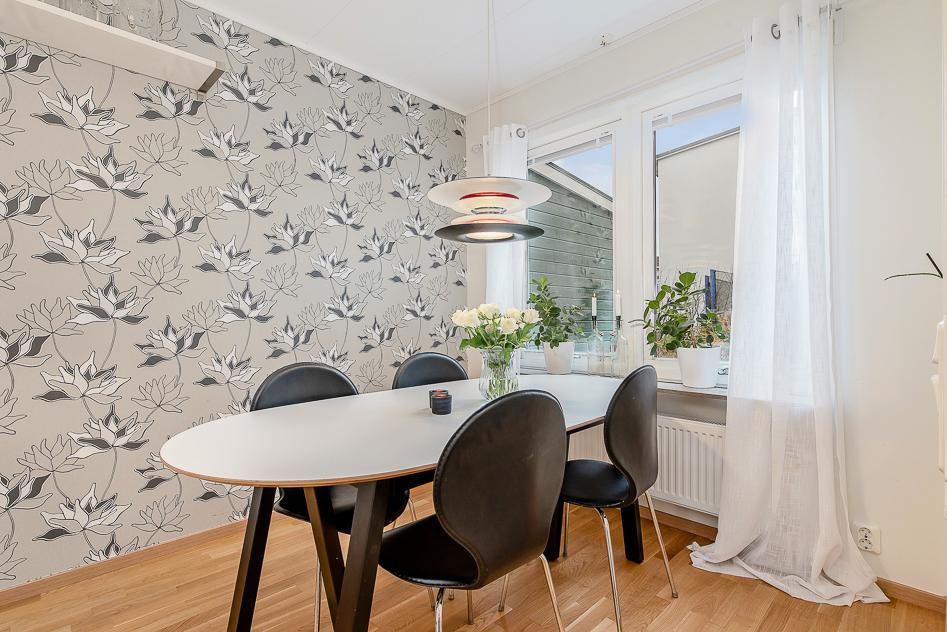Kök med plats för stort matbord