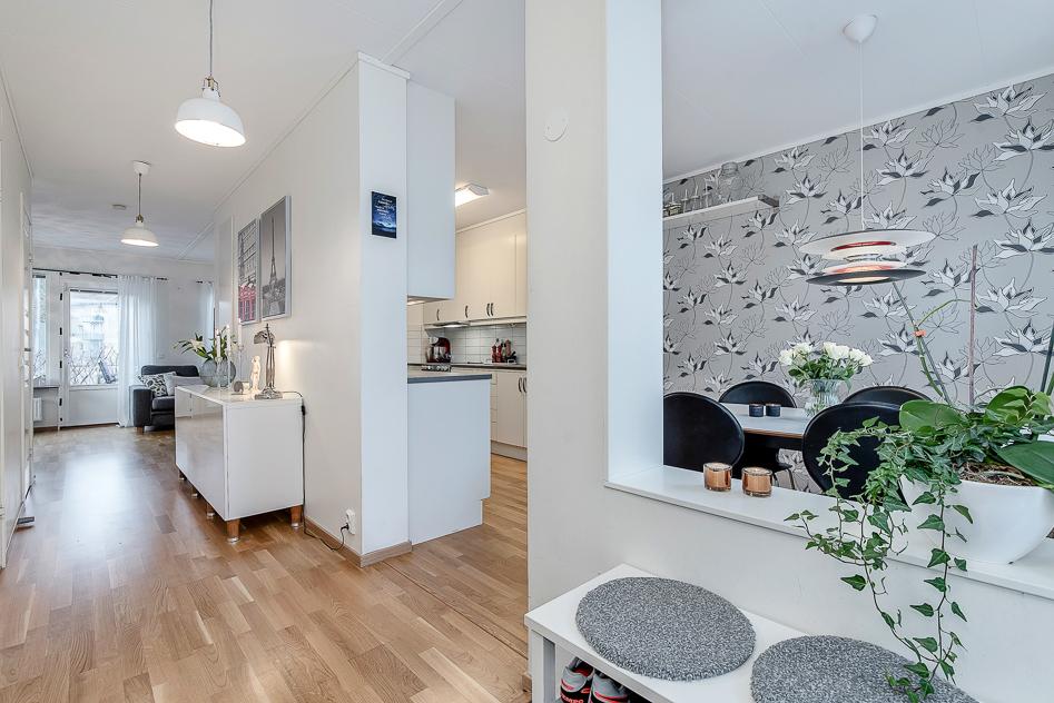 Hall och skymt av kök och vardagsrum