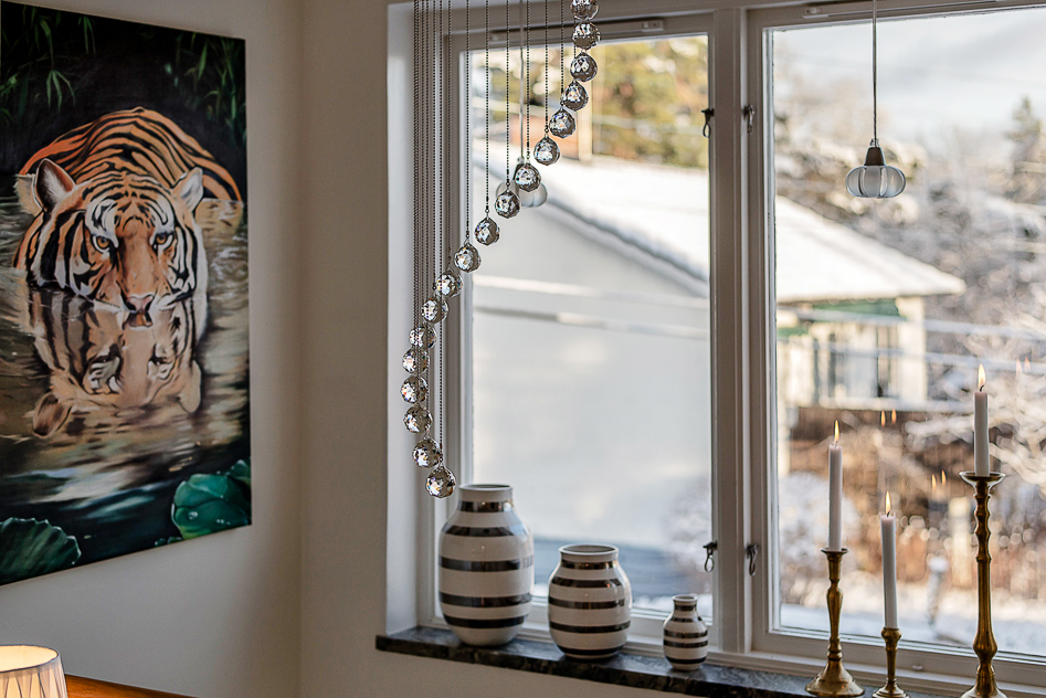 Detaljbild fönster i hall