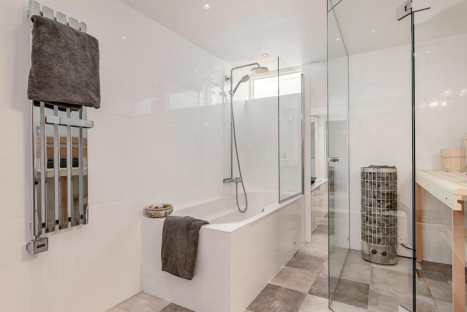 Superfint badrum med läcker bastu