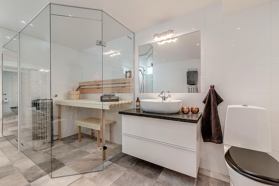 Sobert badrum med bastu