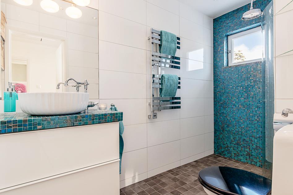 Ännu ett snyggt badrum på övre plan