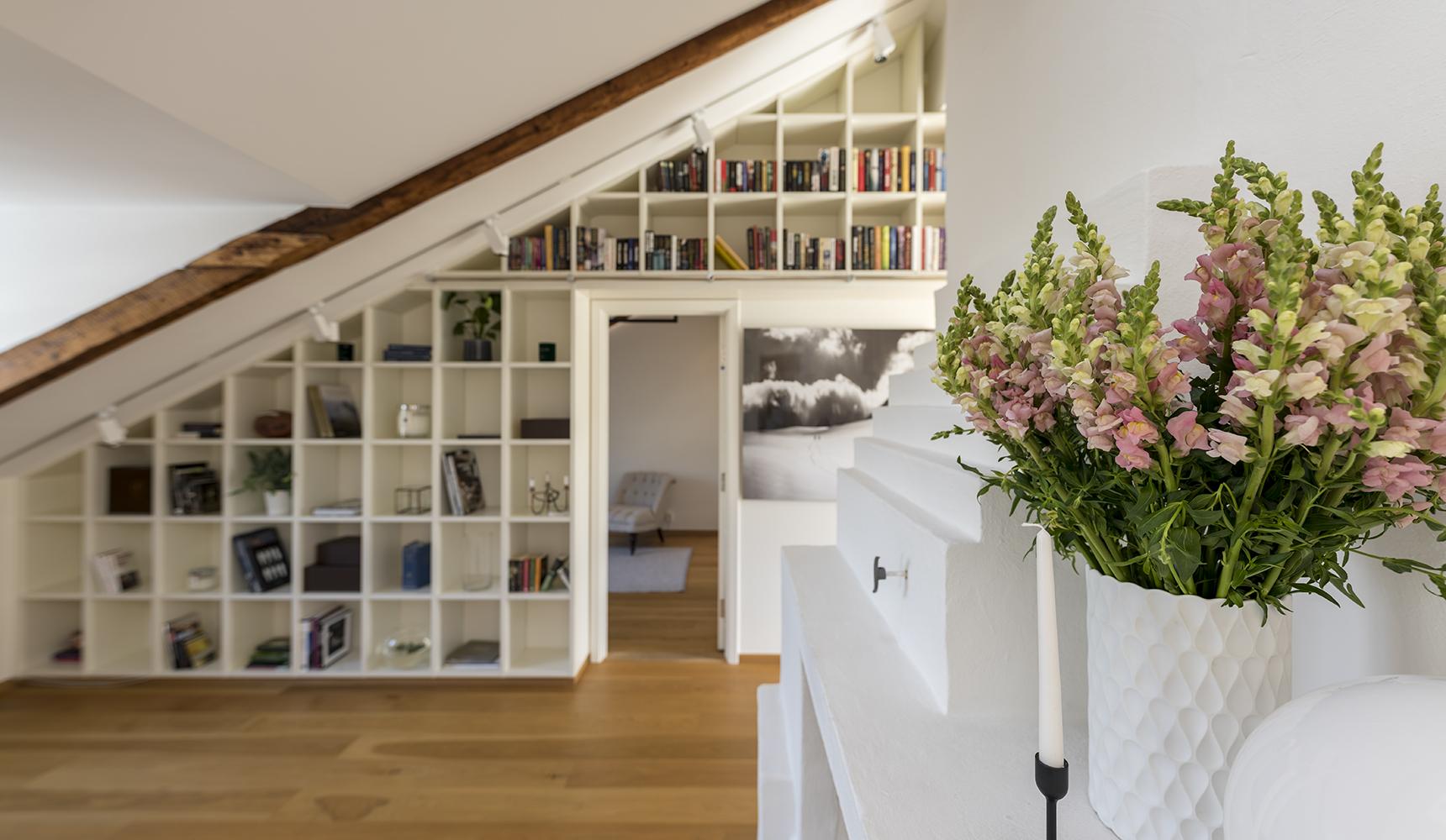 Spottlights som följer längs med bokhyllan