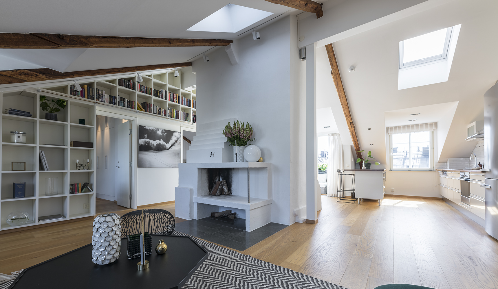 Två takfönster och tre fönsterkupor ger rikligt med ljus i sällskapsdelen