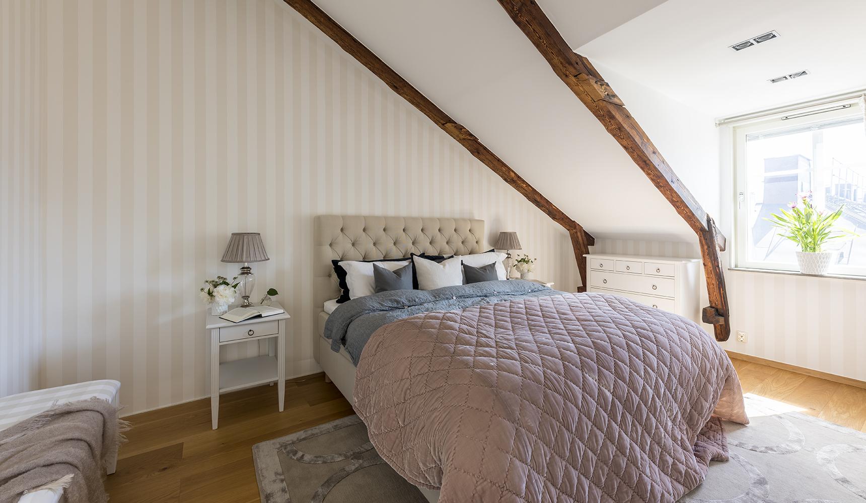 Master bedroom med hög garderob