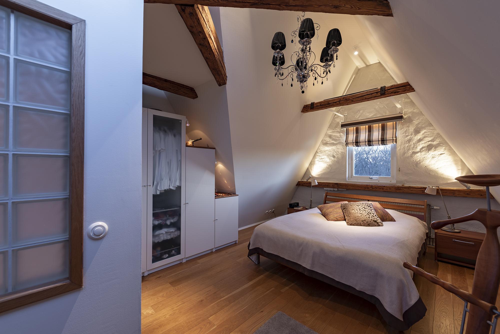 Master bedroom med fönster ut mot Kronobergsparken