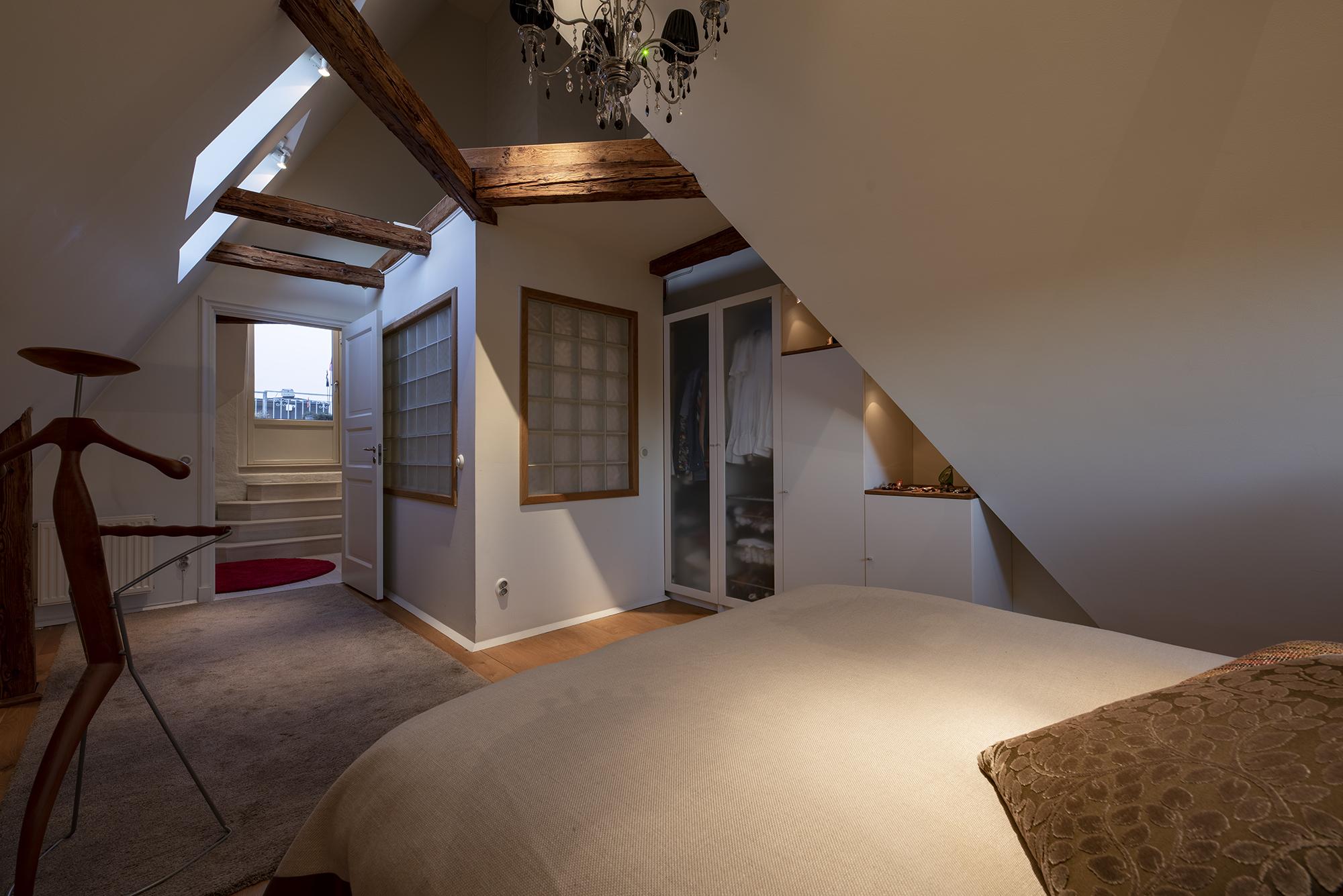 Två takfönster och platsbyggda garderober