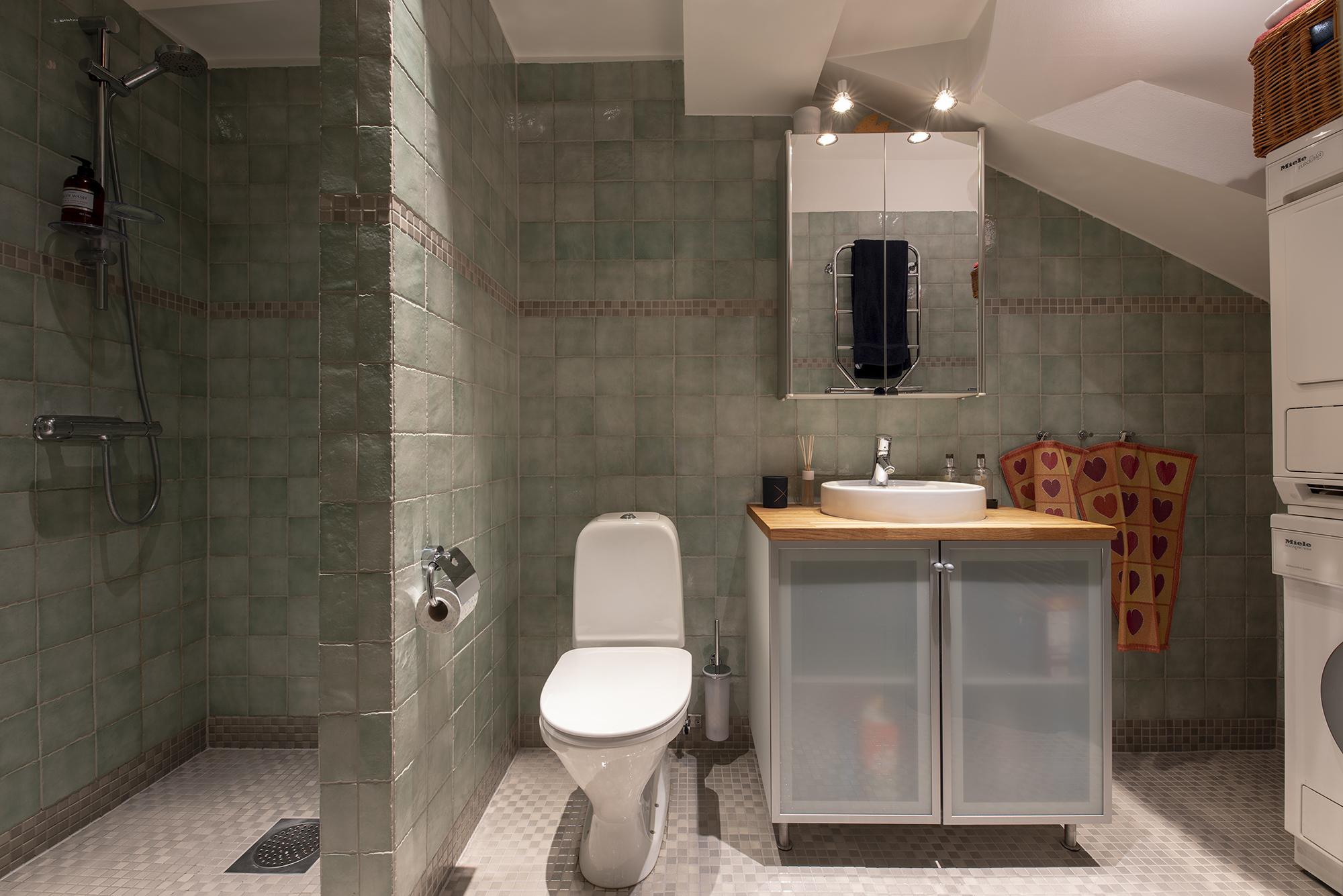 Stort badrum i anslutning till hallen