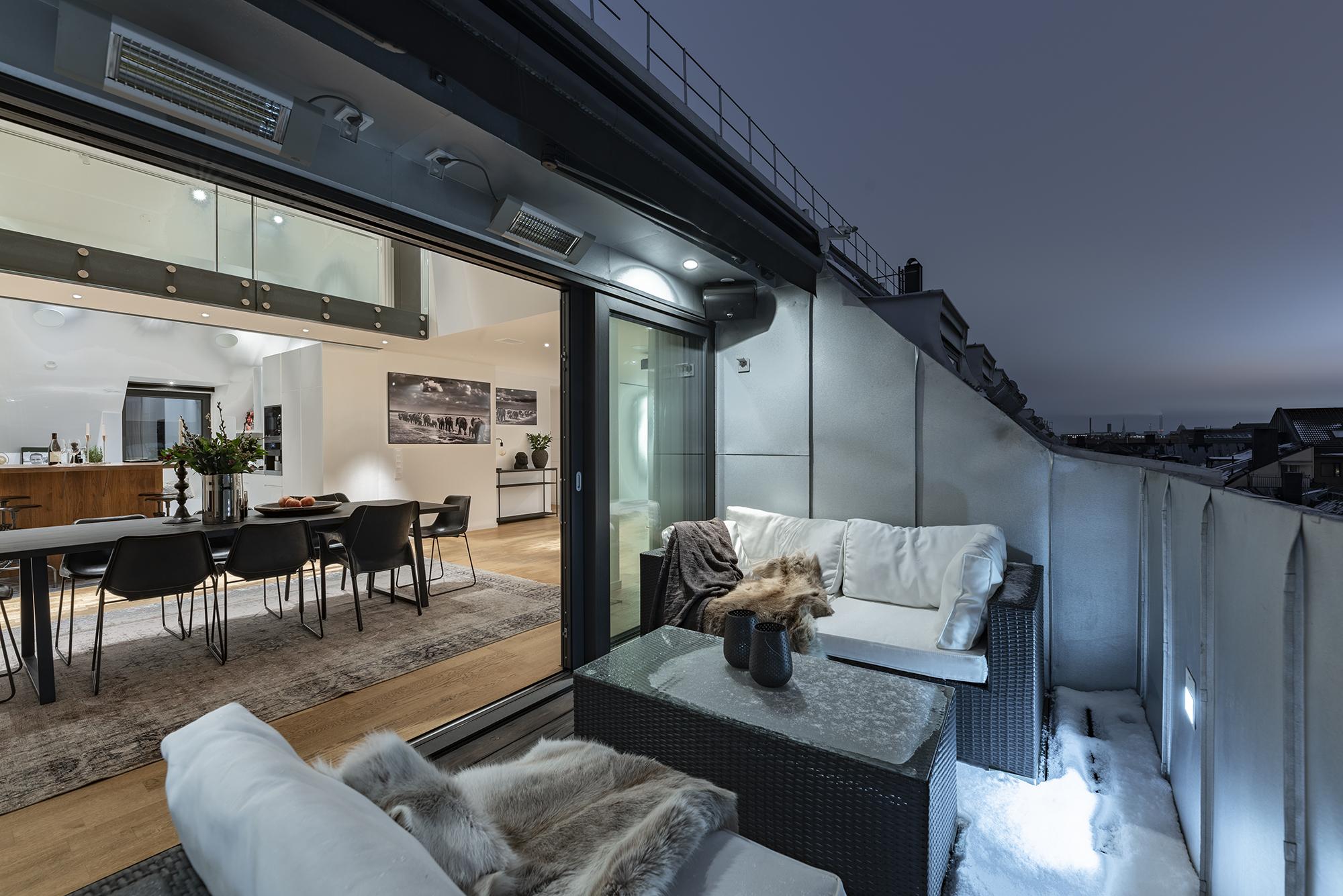 Rymlig altan med gott om plats för utemöbler