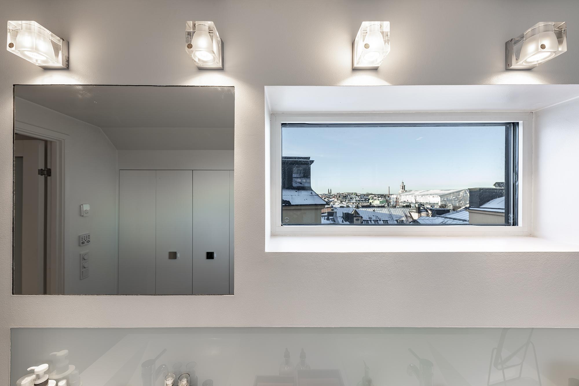 Fin utsikt i badrummet över Södermalms landmärken.