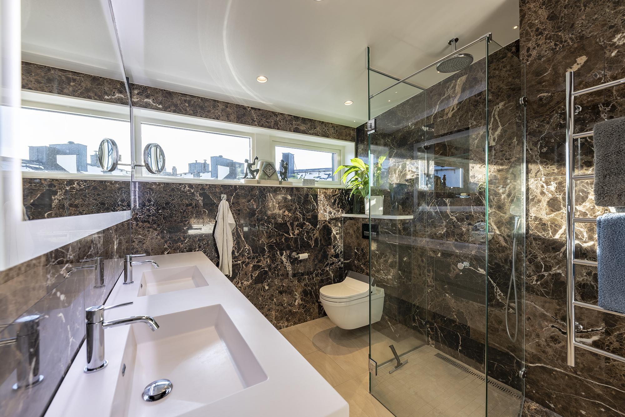 Badrummet är mycket ljust tack vare ljusinsläpp från både fönster och takfönster