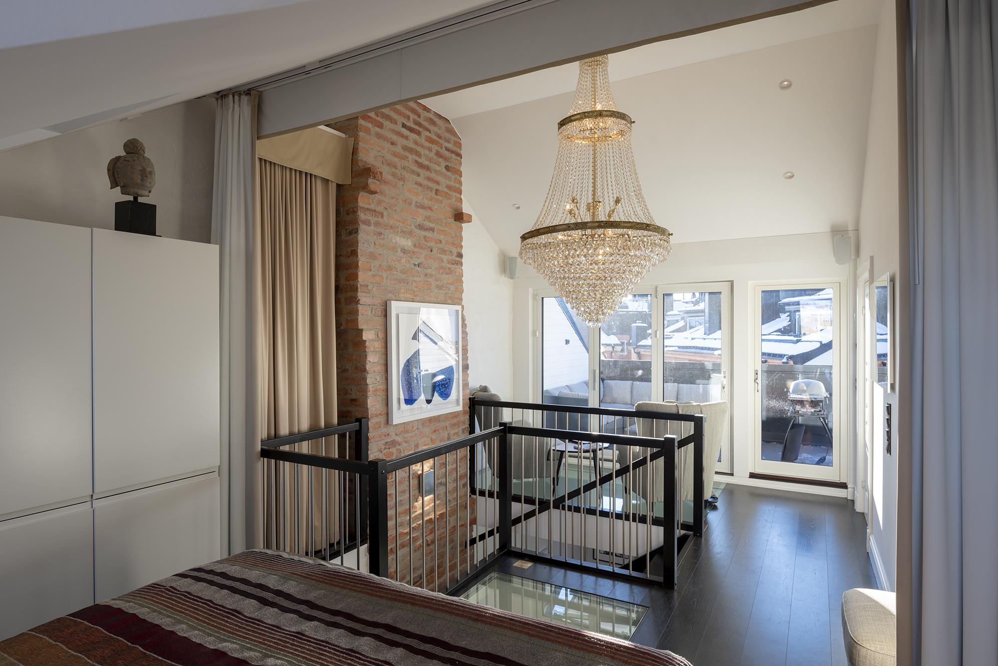 Enhetligt mörkt golv i hela våningen förutom i sällskapsdelen som har grönt marmorgolv