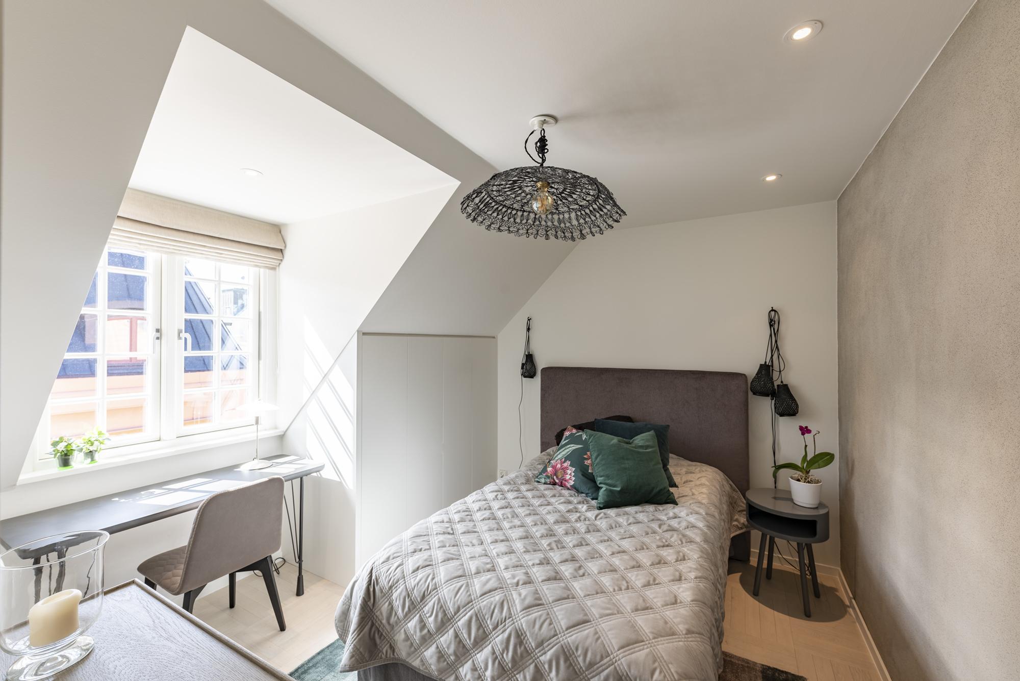 Sovrum med platsbyggd garderob