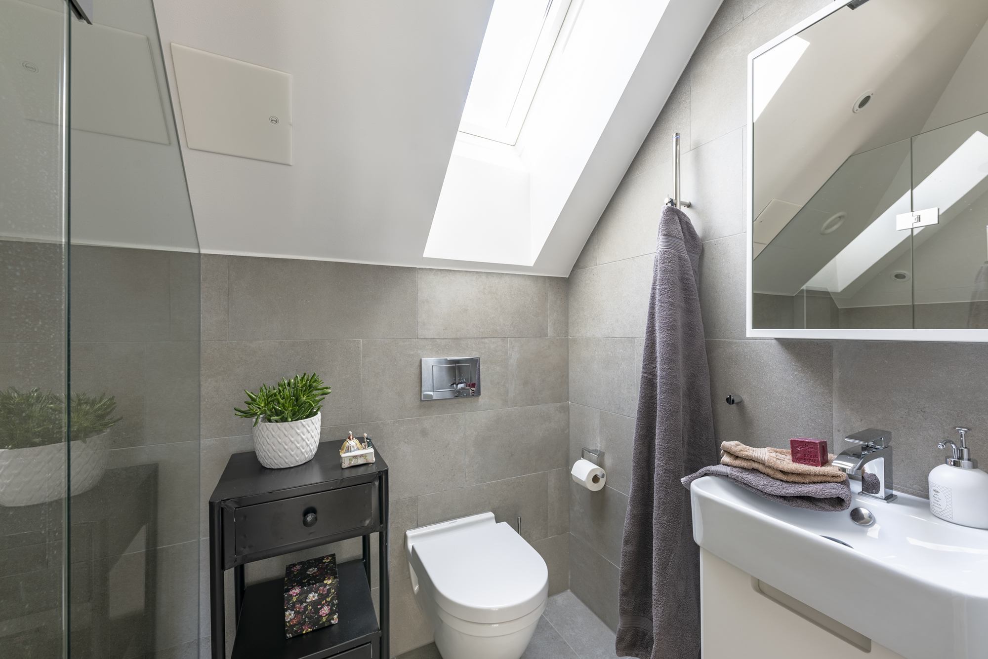 Vägghängd wc, dusch och handfat på kommod