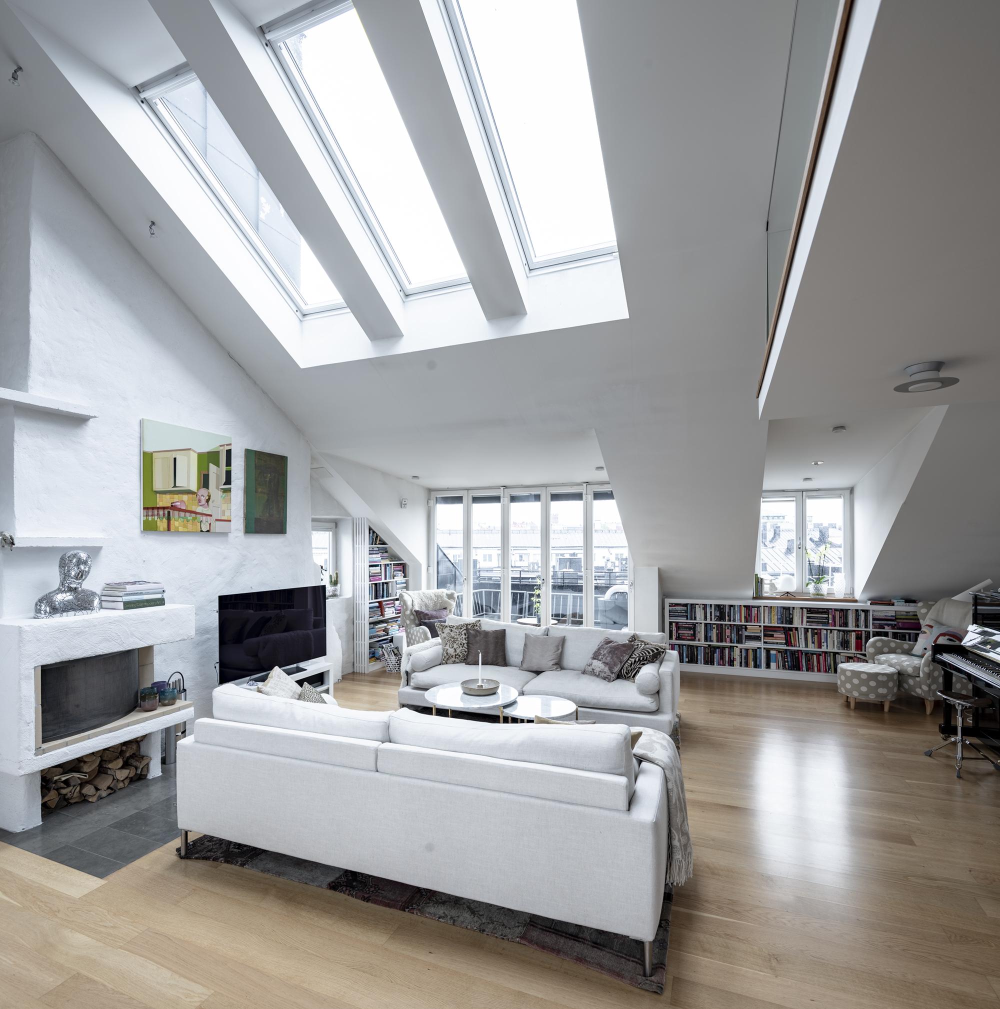 Tre höga takfönster ger bra ljusinsläpp