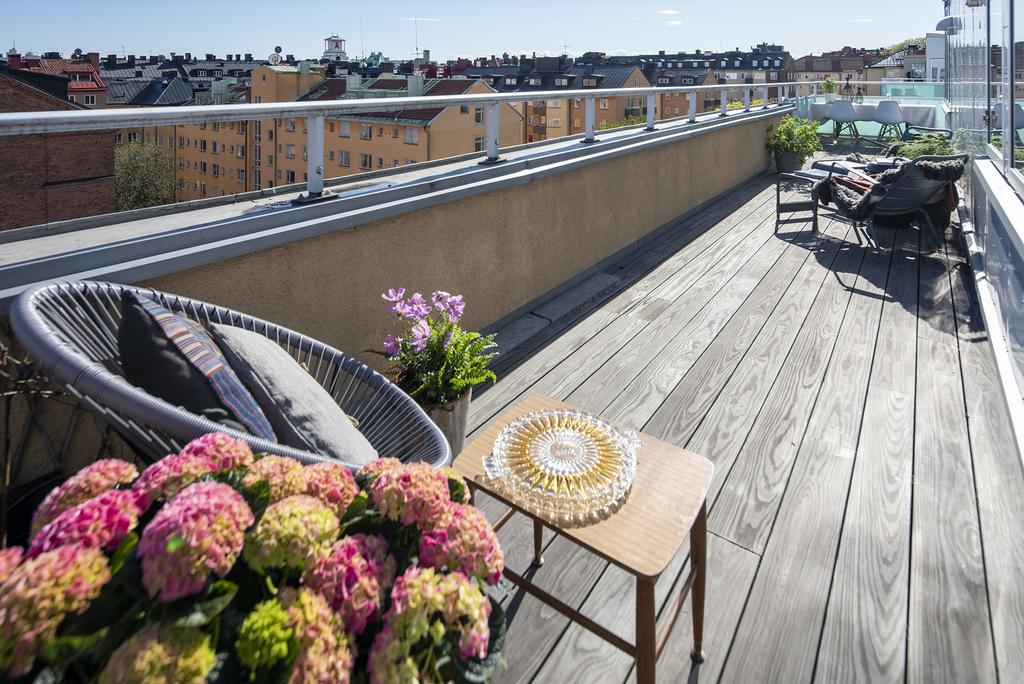 Altan om 33 m² i tre väderstreck med sol från morgon till kväll.