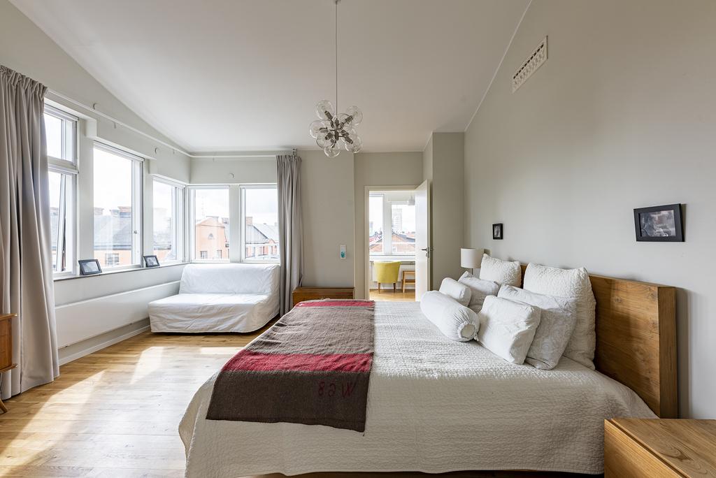 Stort och ljust master bedroom med badrum en suite