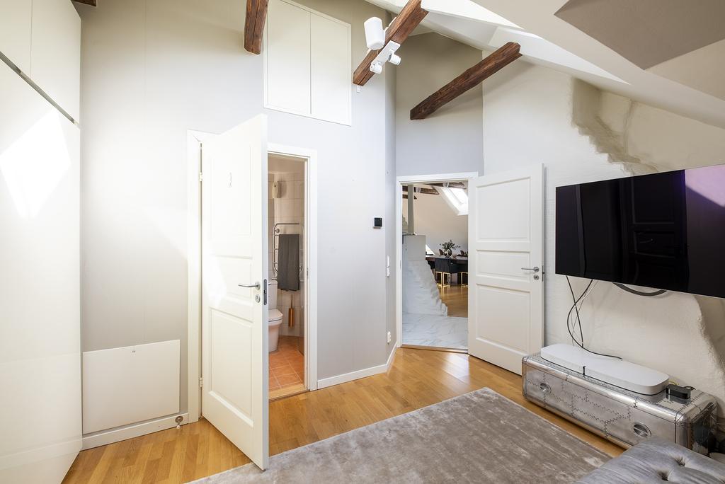 Sovrum med badrum en suite. Här finns även ett stort extra utrymme för förvaring