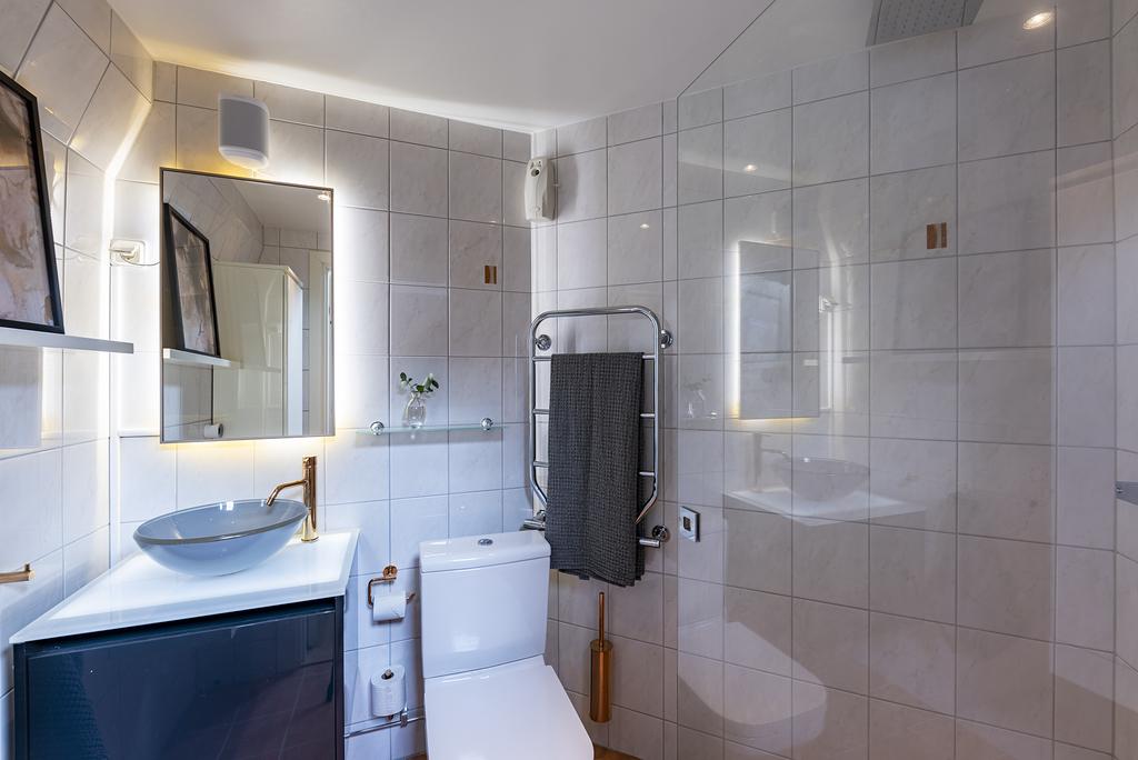 Dusch, handfat på kommod och wc
