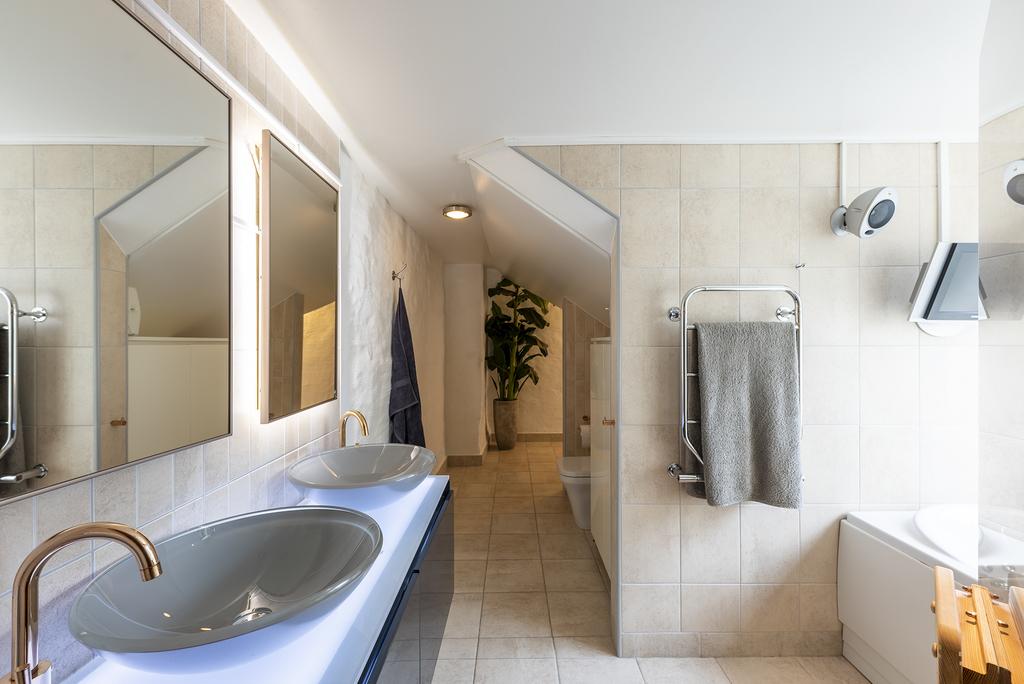 Stort badrum med bastu, dusch och badkar