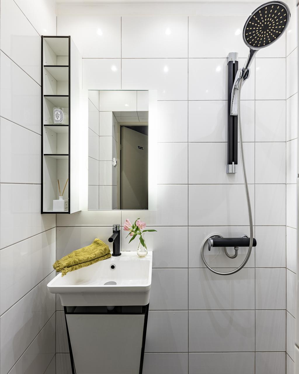 Dusch med handfat på kommod med förvaring inuti