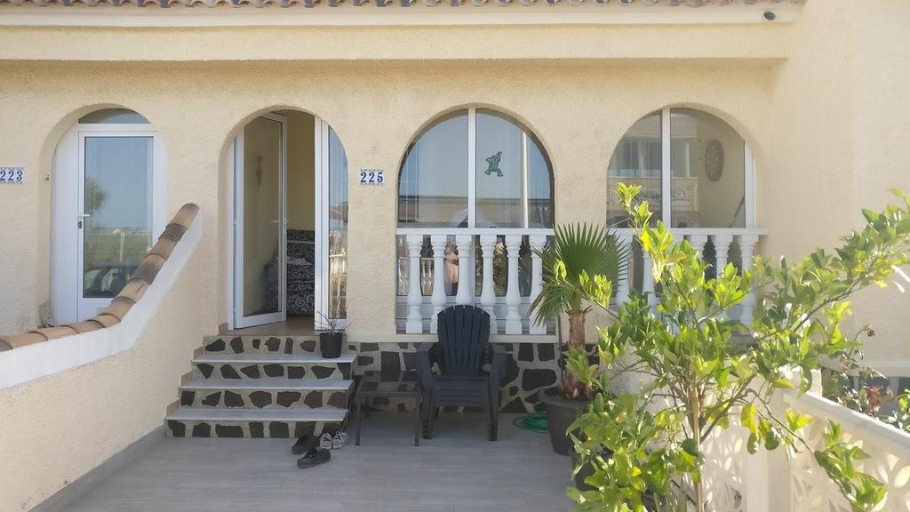 I Gran Alacant finner du denna pärla. På bilden ses terass, samt inglasad veranda/entré på 12kvm