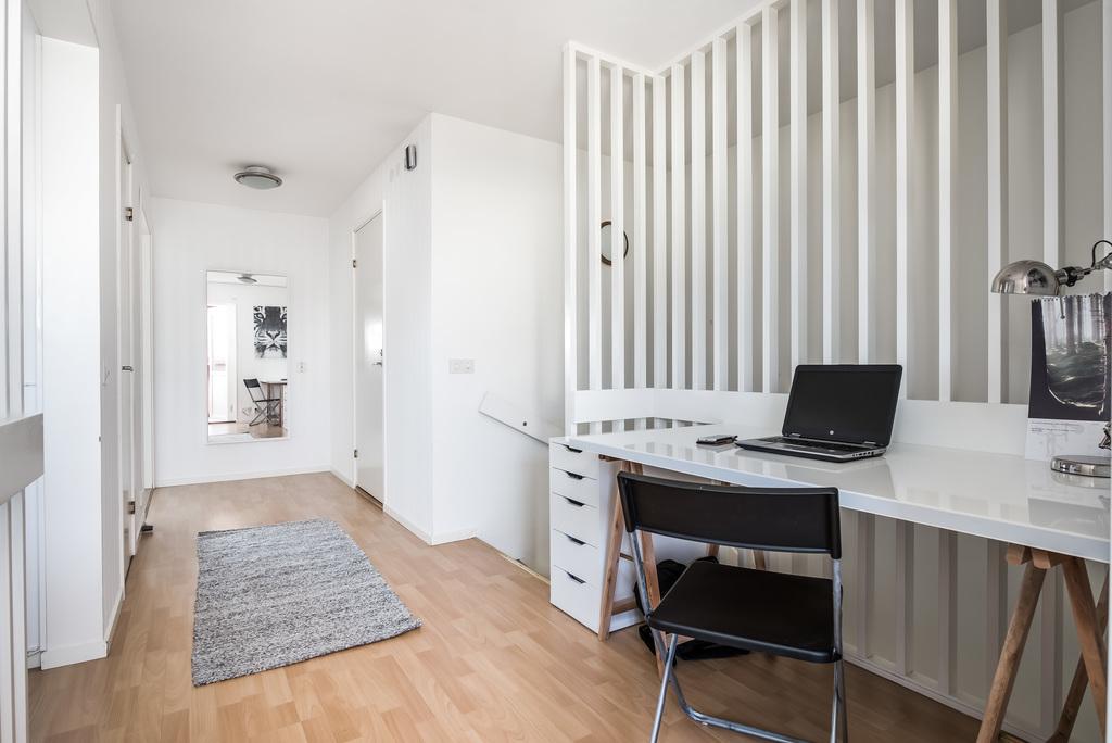 Möblerbar hall med kontorsdel