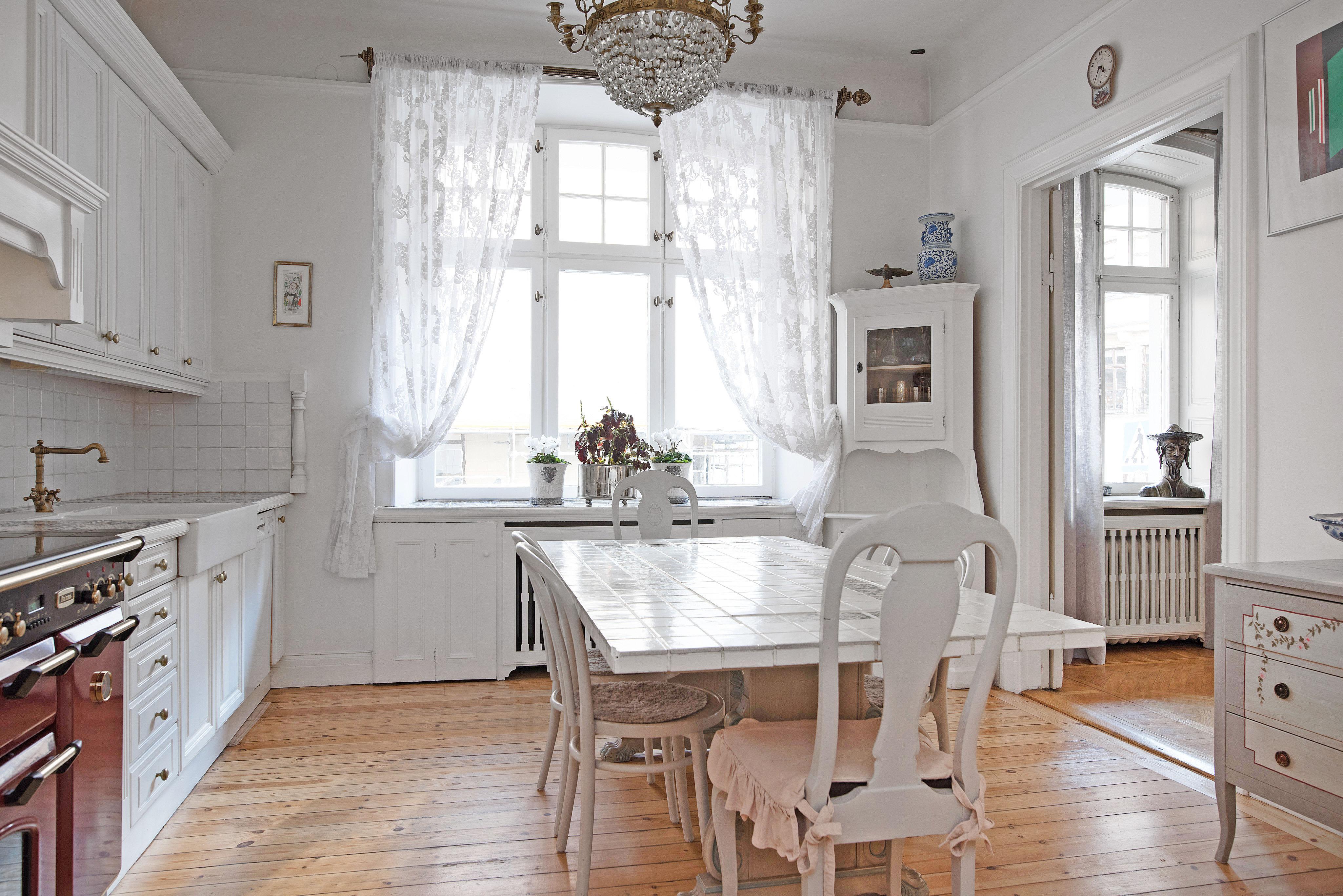 Vacker fönster i köket