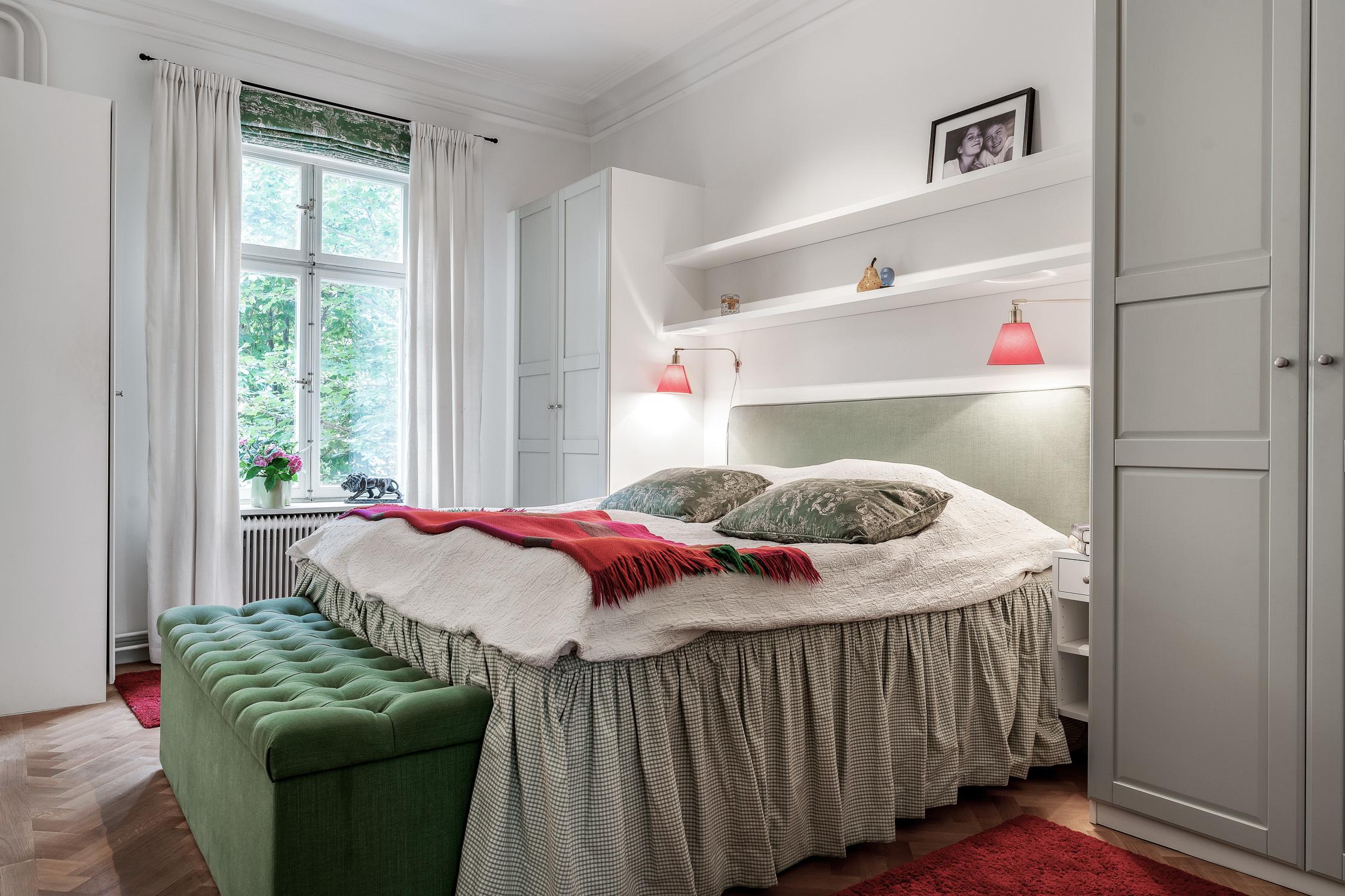 Rofyllt sovrum med garderober och klädkammare