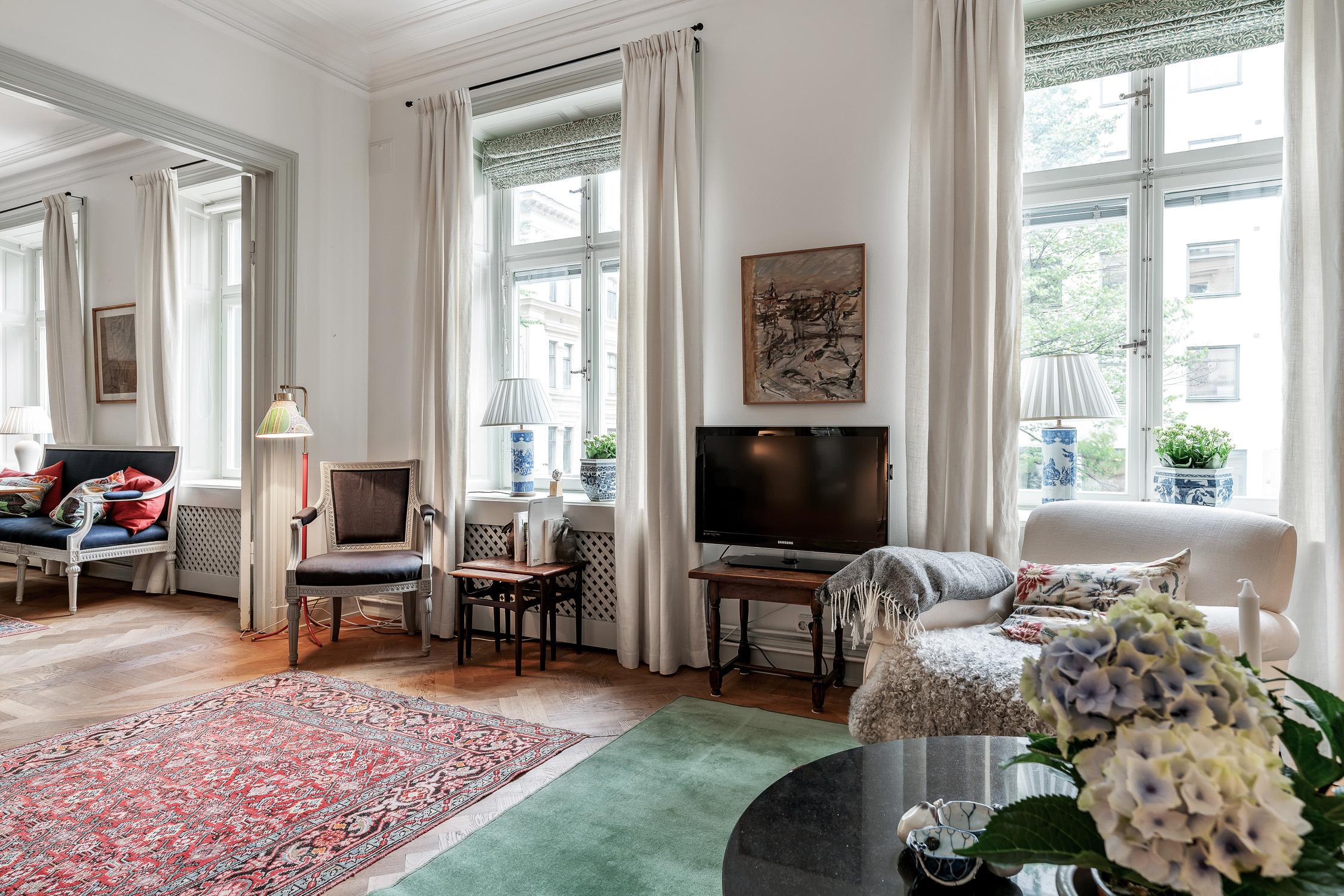 Vardagsrum med stora vackra fönster