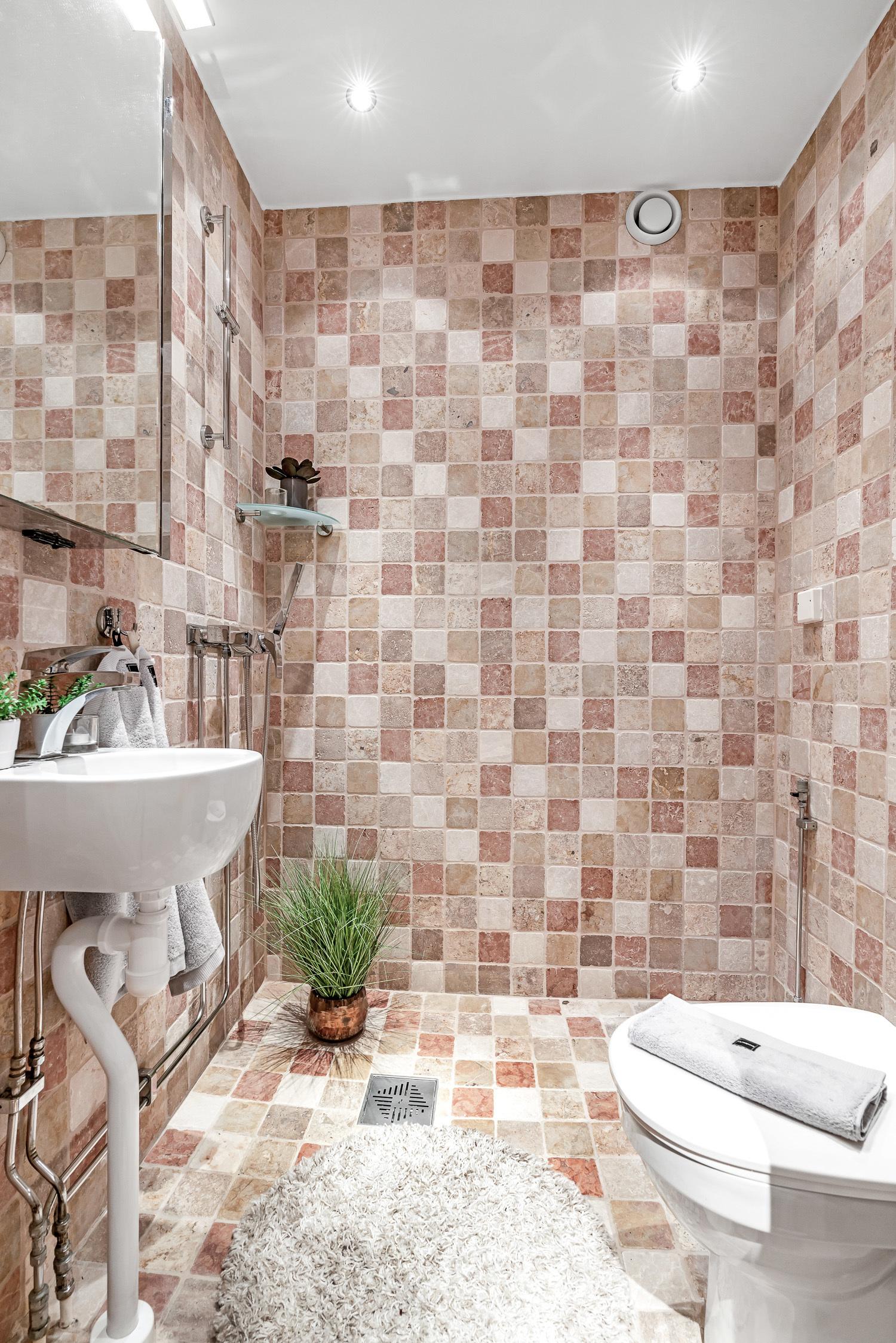 Fint badrum i naturnära färger