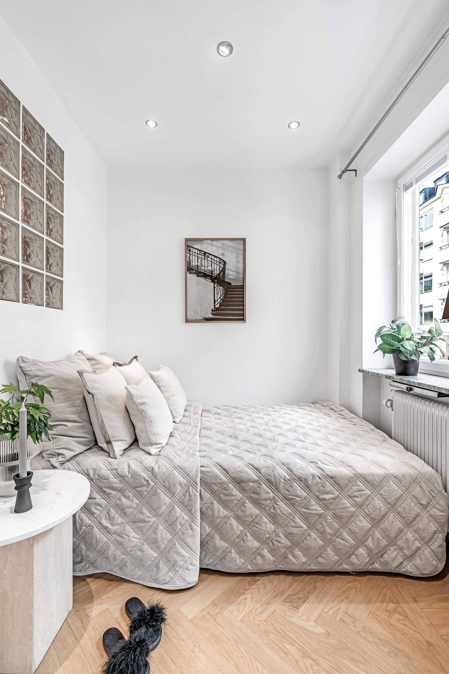 Sovrum med platsbyggd säng