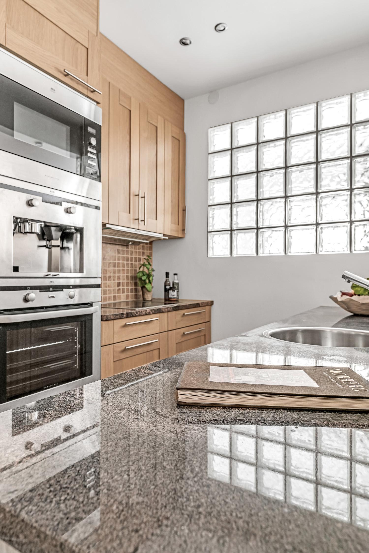 Kök med glasblocksvägg mot sovrum