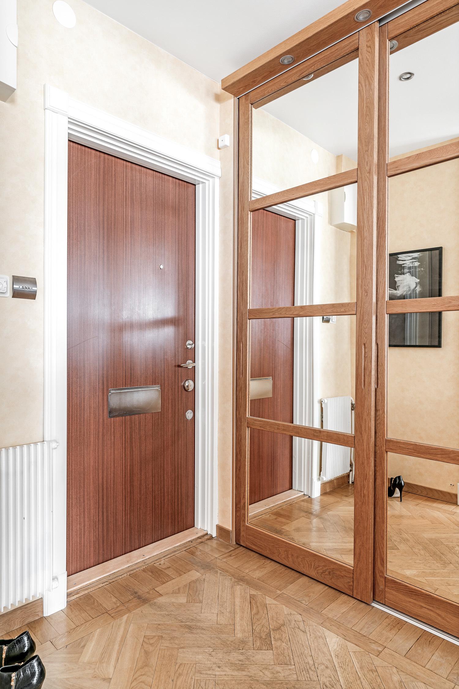 Hall med inbyggda garderober och golvvärme