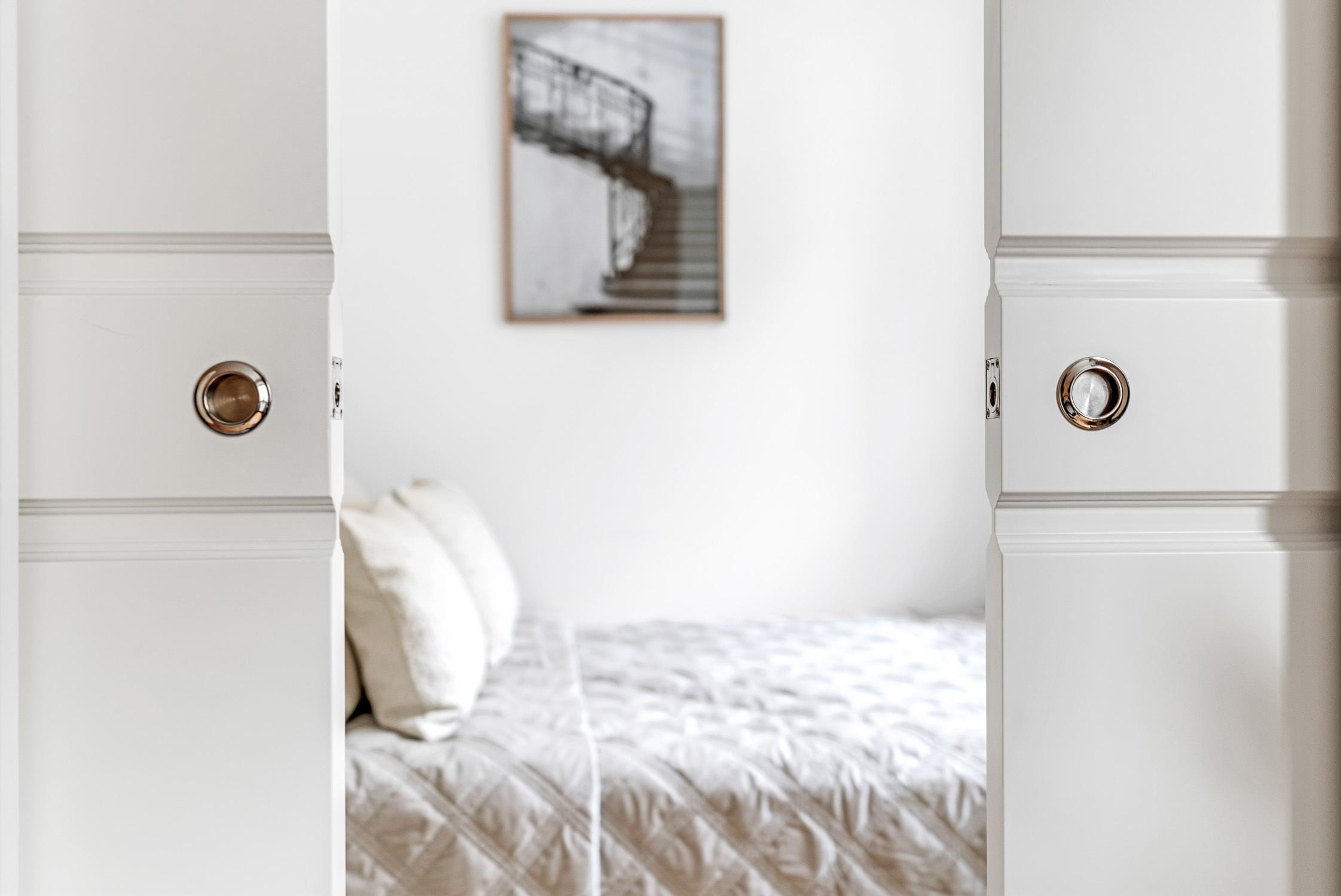 Skjutdörrar mellan sovrum och vardagsrum