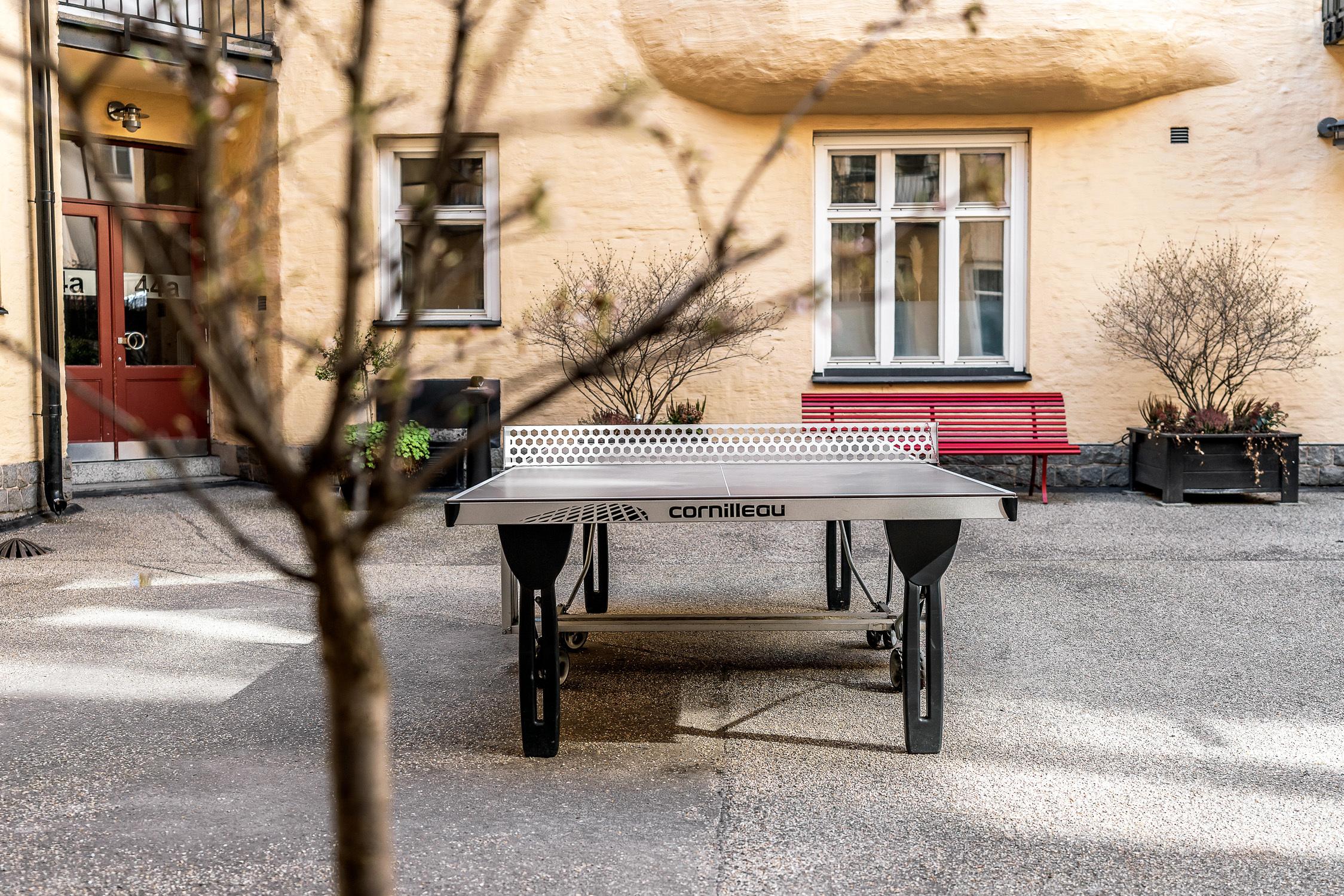 Pingisbord på gården för alla medlemmar