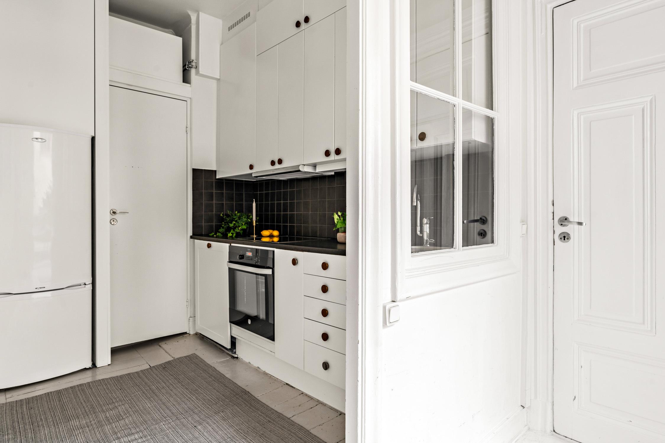 Köket med charmigt fönster