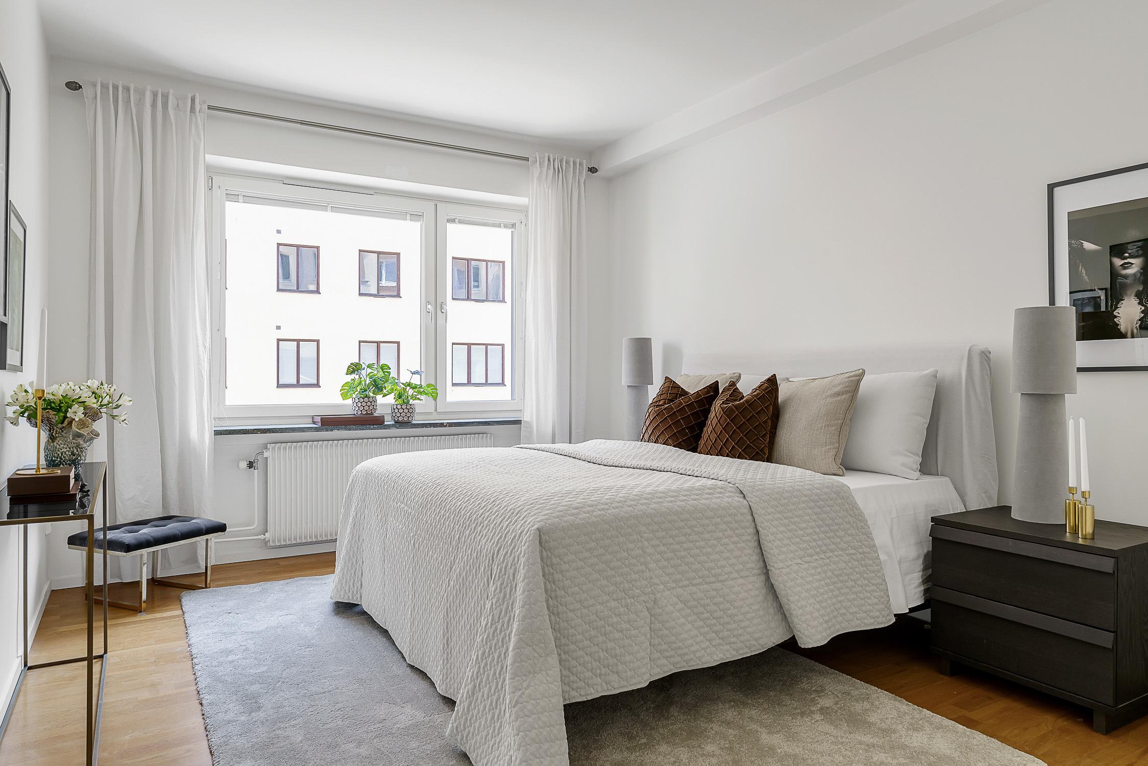 Master bedroom mot lugn innergård