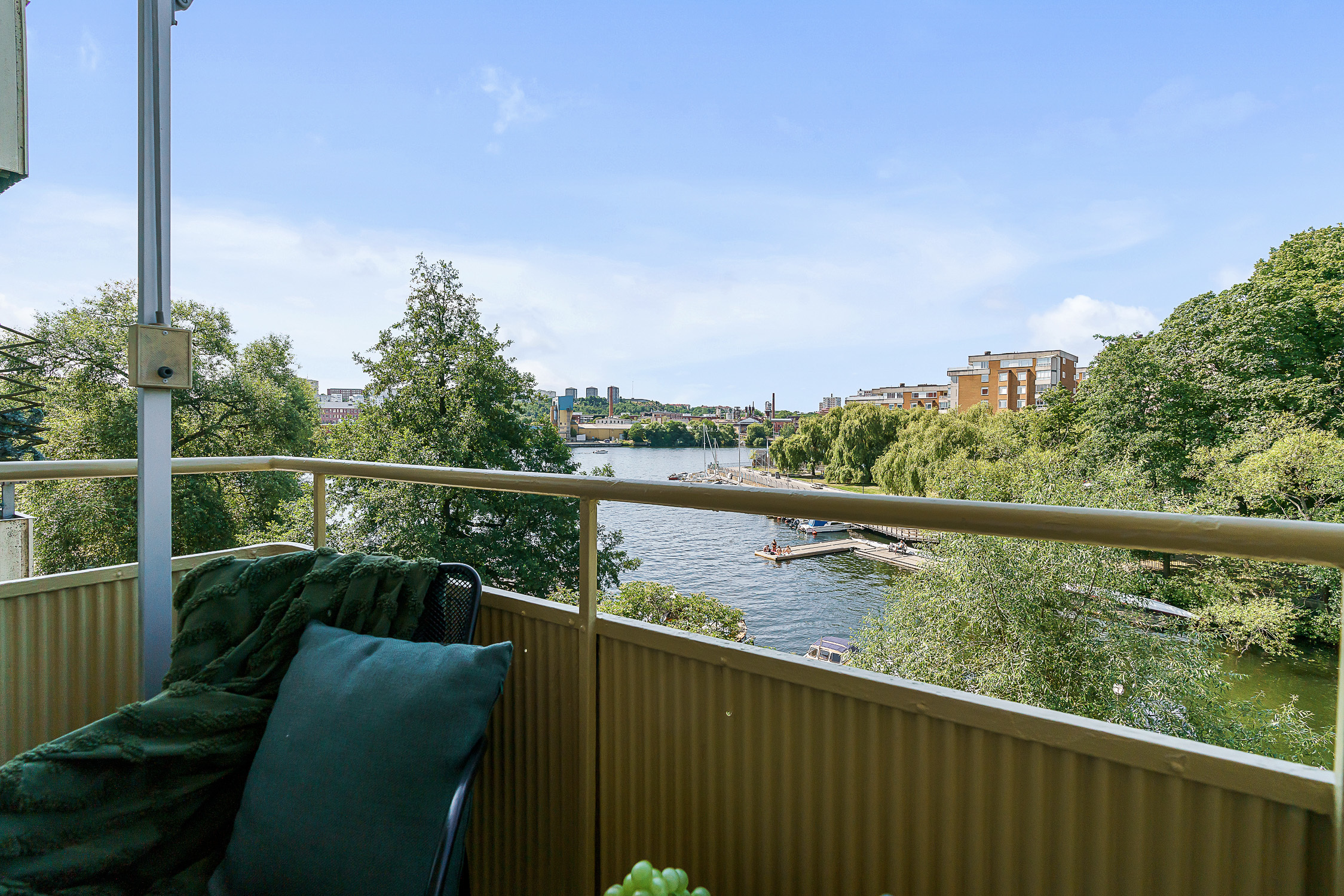 Underbar sjöutsikt från balkongen i fritt västerläge